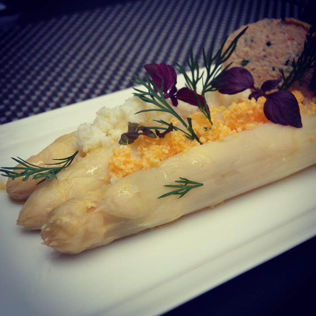 Asperges blanches en mimosa vinaigrette de tourteau le - Cuisine attitude lignac ...