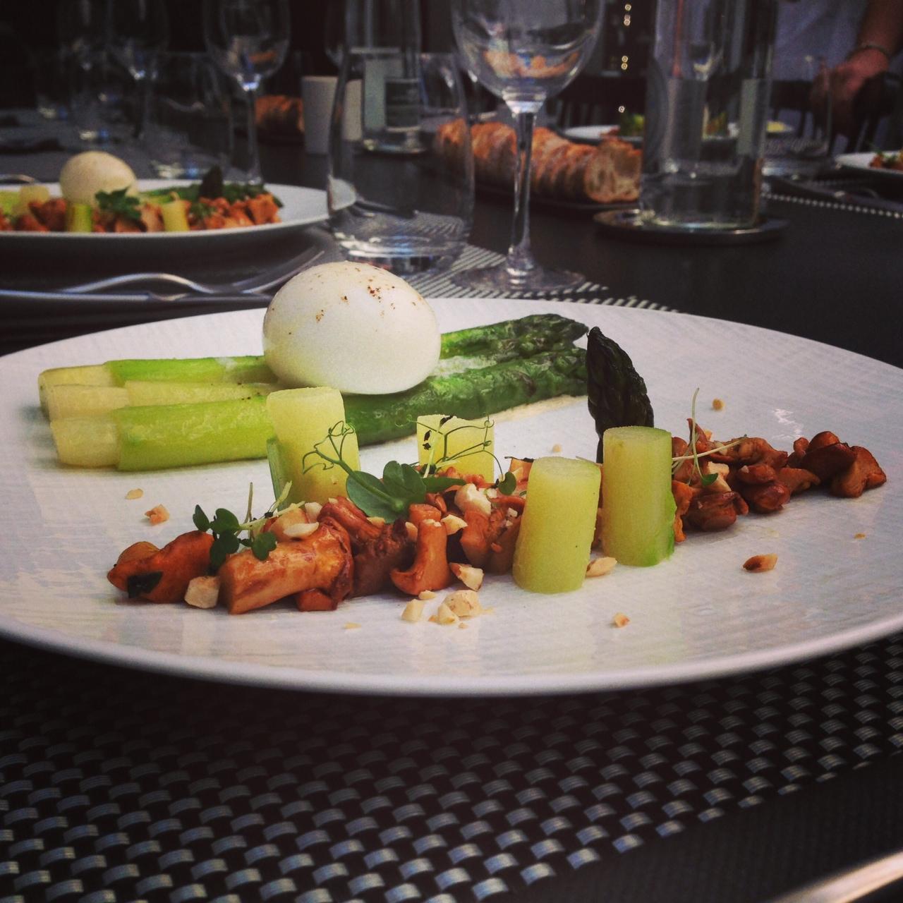 Oeuf mollet et grosses asperges vertes ti des girolles la noisette mulsion de sauce vin - Cuisine attitude cyril lignac ...